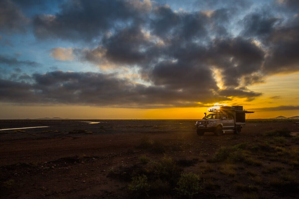4x4 Camping Auto in Roebourne bei Sonnenaufgang